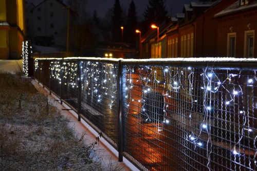 Vánoční světelný řetěz na ozdobení plotu