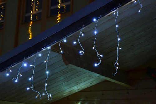 Vánoční světelný řetěz pro spuštění na střechy domu