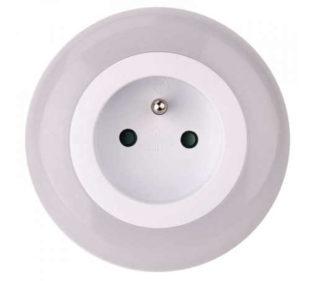 LED noční světlo s průchozí zásuvkou